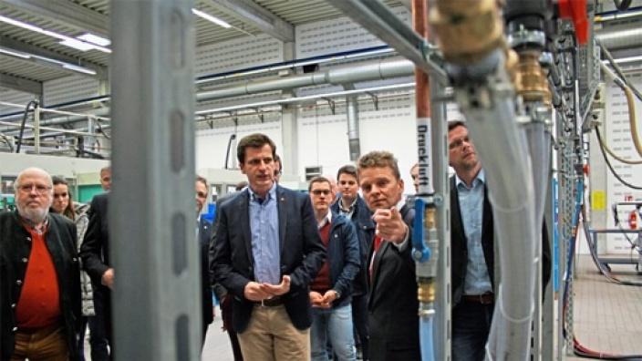 Firmenchef Peter Brinkmann (2.v.r.) erklärte der Laerer CDU und MdB André Berghegger die Produktion von TKT Kunststoff-Technik. Foto: Stefan Buchholz